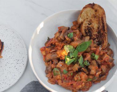 Włoska Caponata z mascarpone czyli warzywny gulasz z bakłażanem, pieczarkami i pomidorami