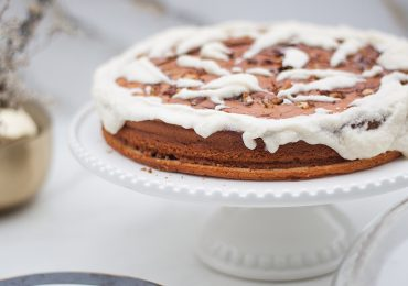 Domowe ciasto inspirowane bułeczkami cynamonowymi z kakao i maślanym kremem