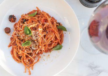 Spaghetti alla Puttanesca – klasyka kuchni włoskiej!