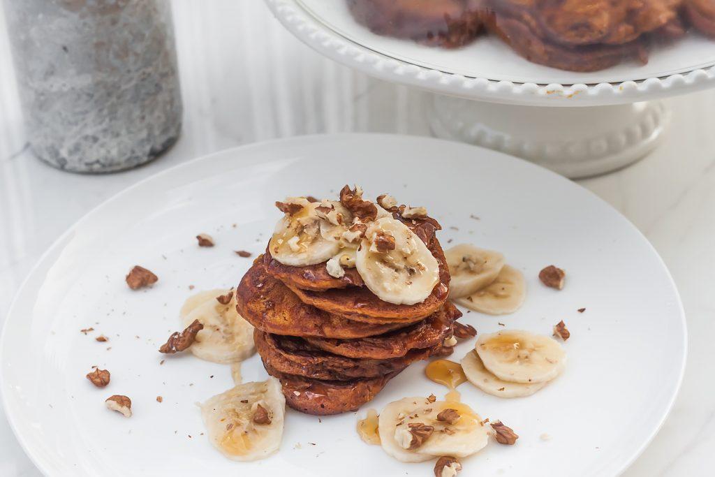 pancakes z dyni z bananem, miodem i orzechami