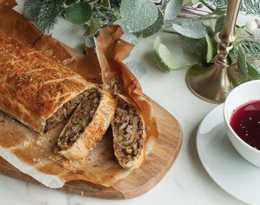Rolada z ciasta francuskiego z grzybami, cebulą i rozmarynem