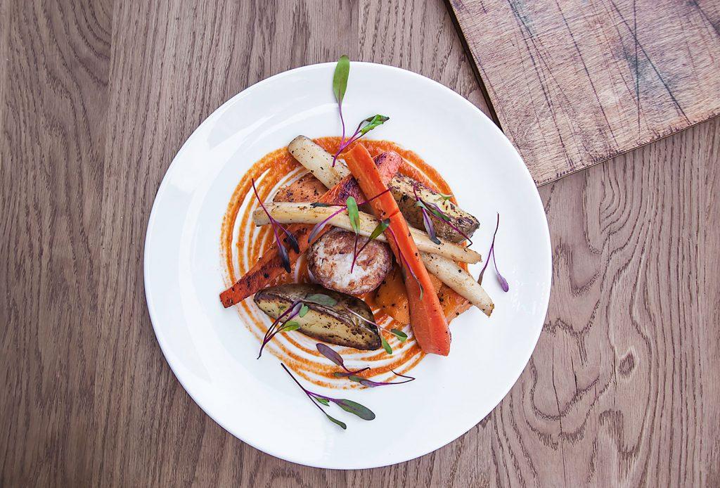 Comber z królika pieczony z jamon serrano warzywa sezonowe, sos romesco, Restaurant Week, Nóż, Łódź