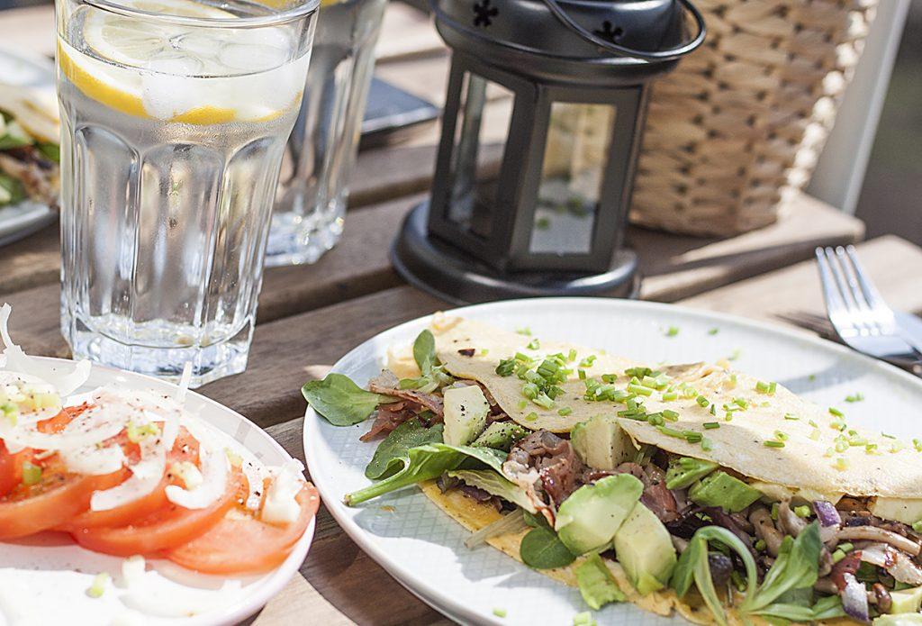 Cienki omlet z awokado, grzybami, serem i szynką parmeńską