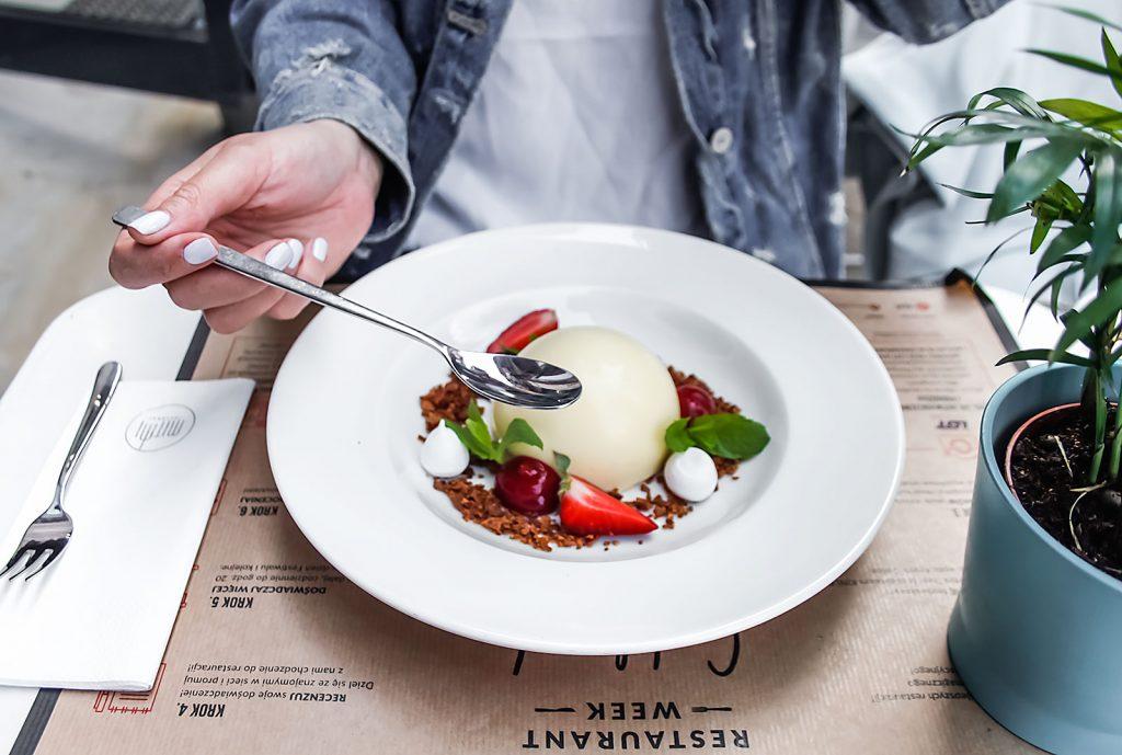 Półsfera z białej czekolady z kremem cytrynowym i kruszoną bezą, MITMI, Restaurant Week, Łódź