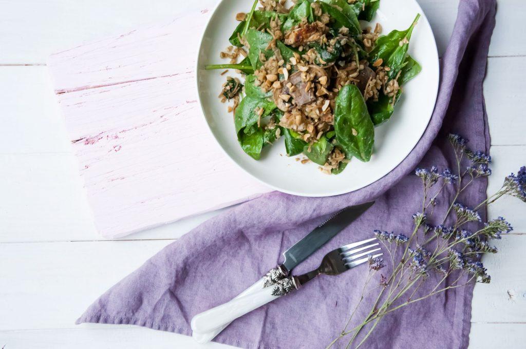 Fit sałatka z kaszą bulgur, indykiem i grzybami