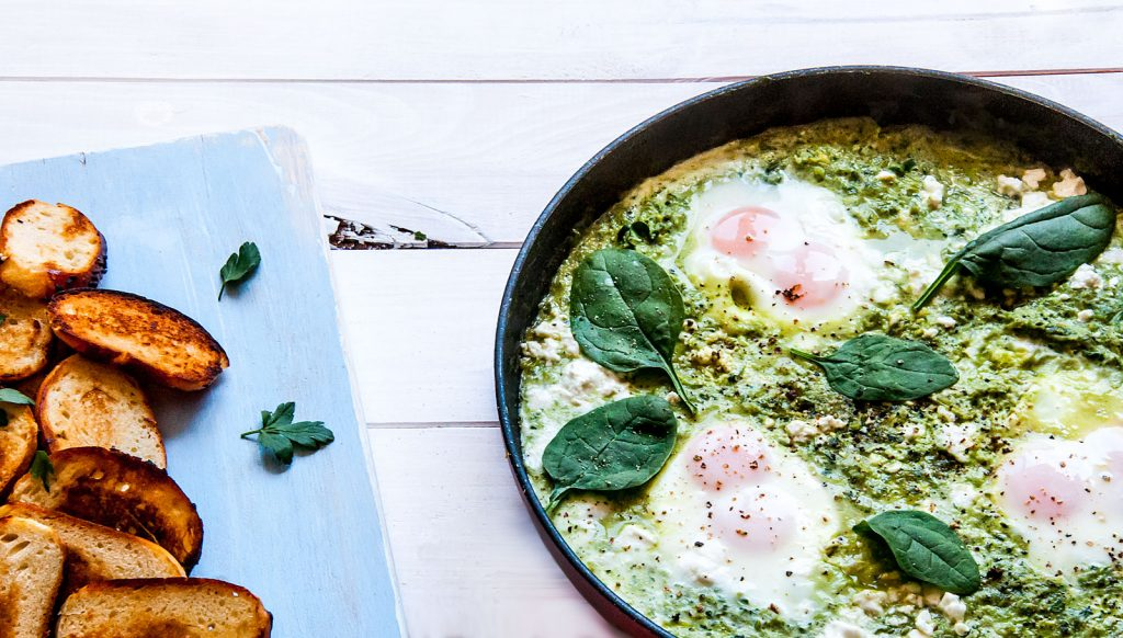 Arabska, zielona szakszuka, ze szpinakiem, jajkami, jarmużem i porem