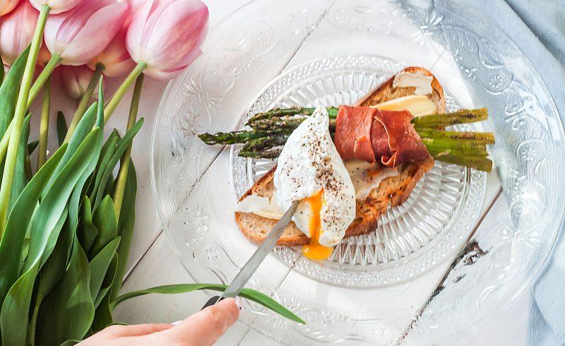 Grzanka z pieczonymi szparagami, prosciutto i jajkiem w koszulce