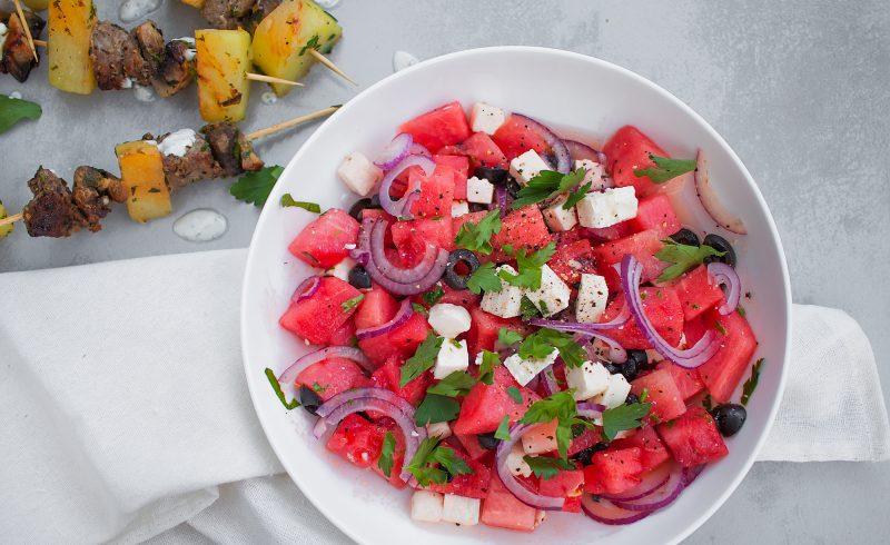 letnia sałatka z arbuzem, fetą, oliwkami i miętą