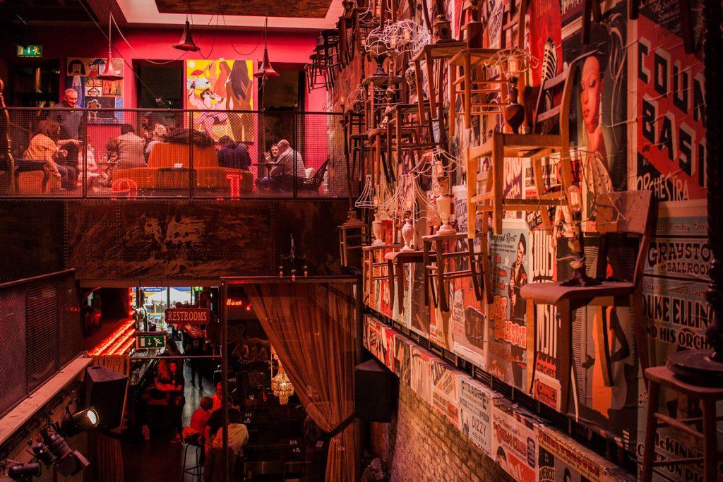 Dublin - 37 Dawson St. Cafe w środku, sala na górze