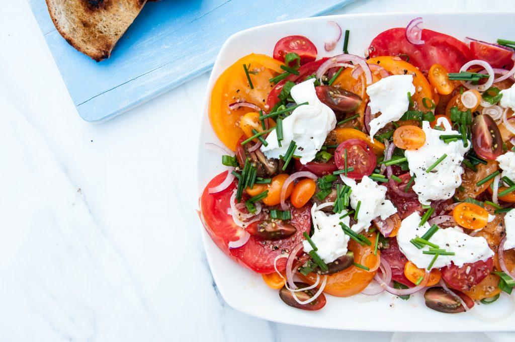 Sałatka z Kolorowymi, Marynowanymi Pomidorami i Serem Burrata