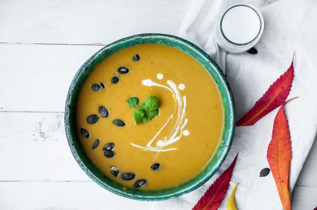 zupa dyniowa z mleczkiem kokosowym, imbirem, kolendrą i kurkumą