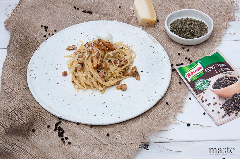 spaghetti carbonara z wędzonym boczkiem, kurkami i tymiankiem
