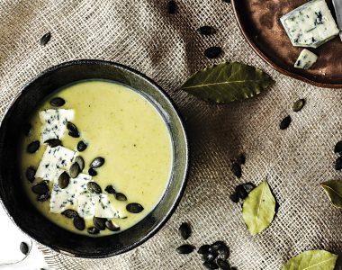 Zupa Krem z Cukinii z Serem Pleśniowym i Pestkami Dyni