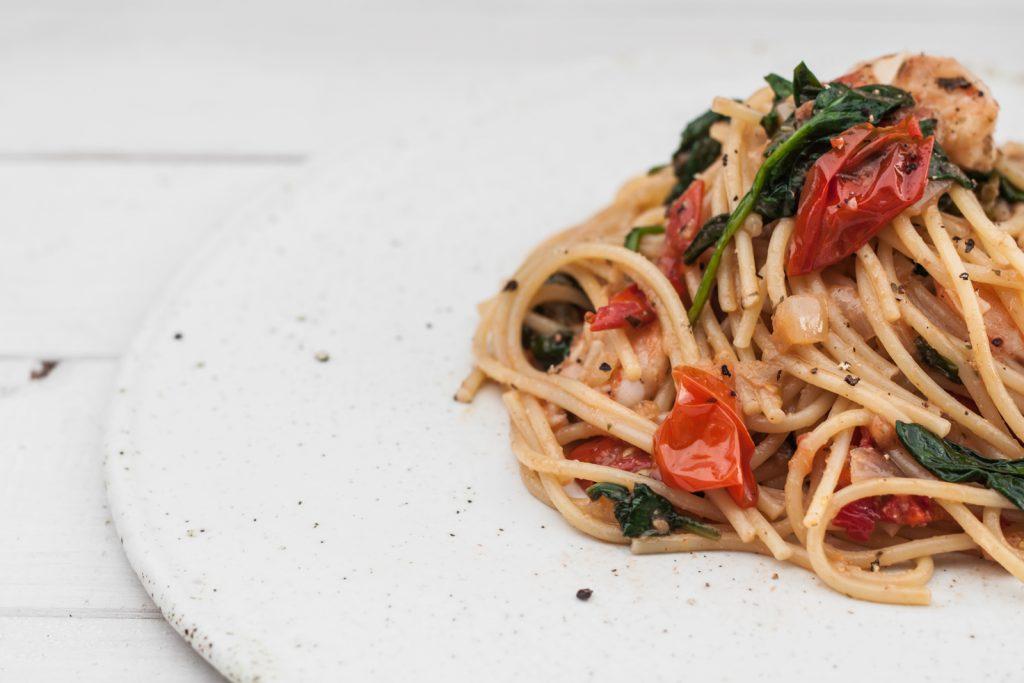 Pasta aglio e olio z krewetkami, pomidorami i szpinakiem