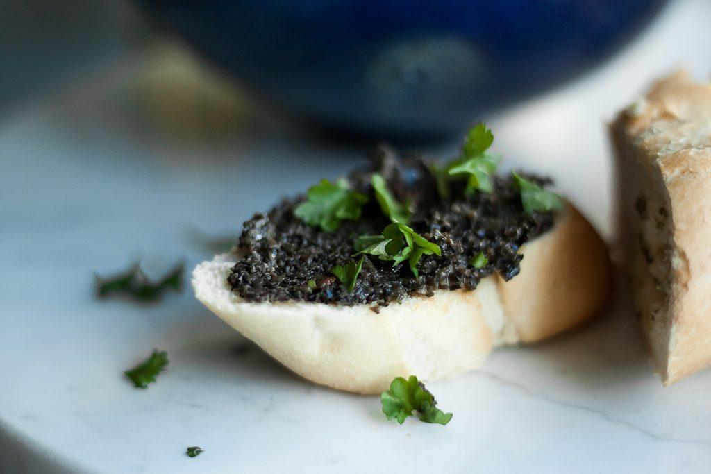 tapenada czyli pasta z czarnych oliwek