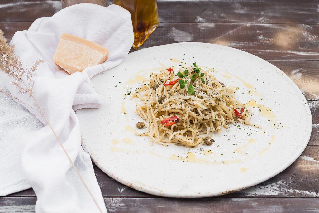 spaghetti z anchois, kaparami i parmezanem