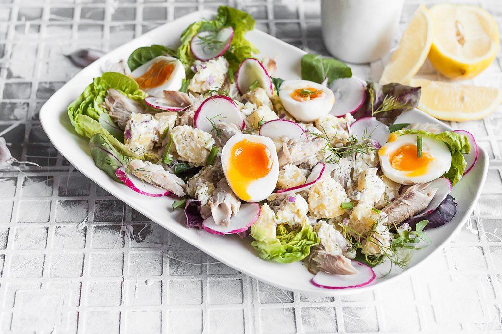sałatka wielkanocna z ziemniakami, jajkiem i wędzoną makrelą
