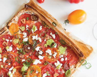 Tarta na cieście francuskim z kozim serem, pomidorami i fetą