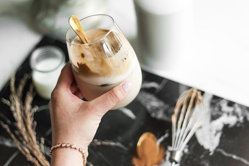 jak zrobić kawę dalgona?