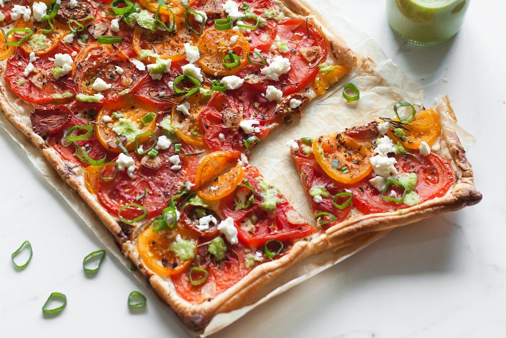 tarta na cieście francuskim z pomidorami, kozim serem i fetą