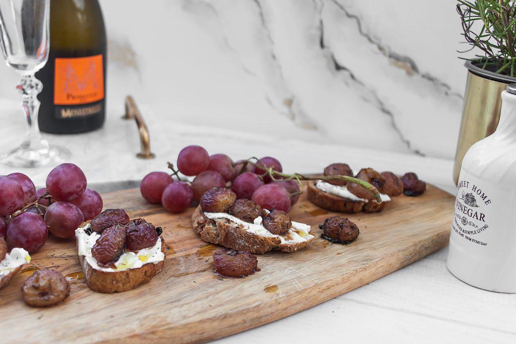 chrupiąca bruschetta z kozim serem i pieczonymi winogronami