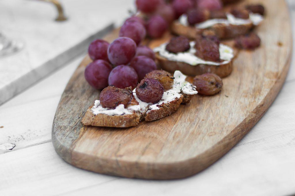 włoska bruschetta z kozim serem, winogronami i tymiankiem