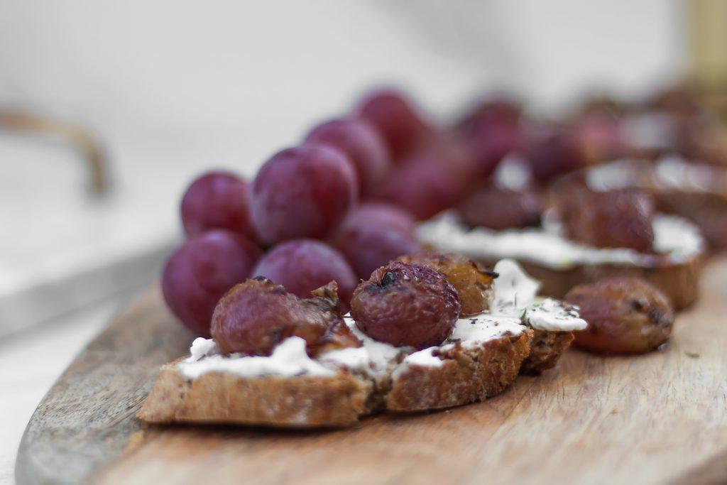 domowa bruschetta z kozim serem i pieczonymi winogronami