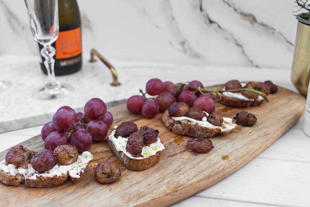 bruschetta z kozim serem, pieczonymi winogronami i tymiankiem