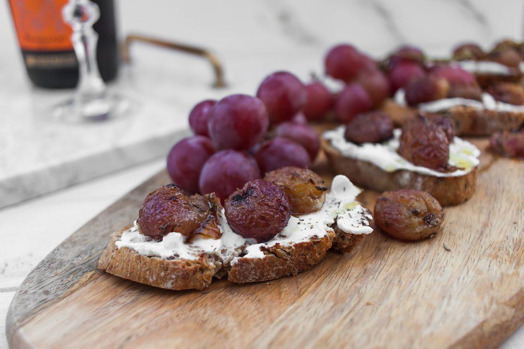 włoska bruschetta z kozim serem i pieczonymi winogronami