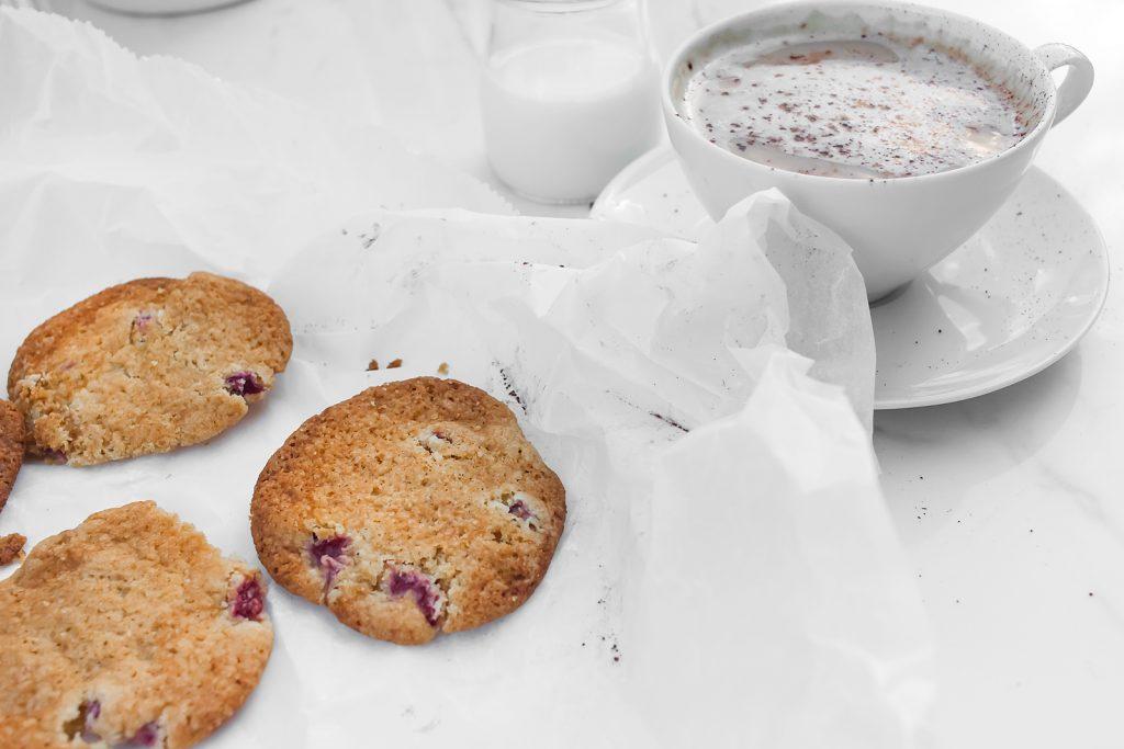 Prosty przepis na maślane ciastecza z rabarbarem i truskawkami