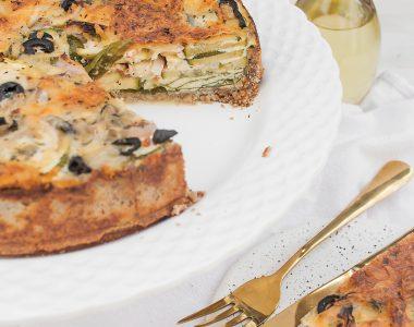 Wytrawna tarta na razowym spodzie z cukinią, gorgonzolą i oliwkami