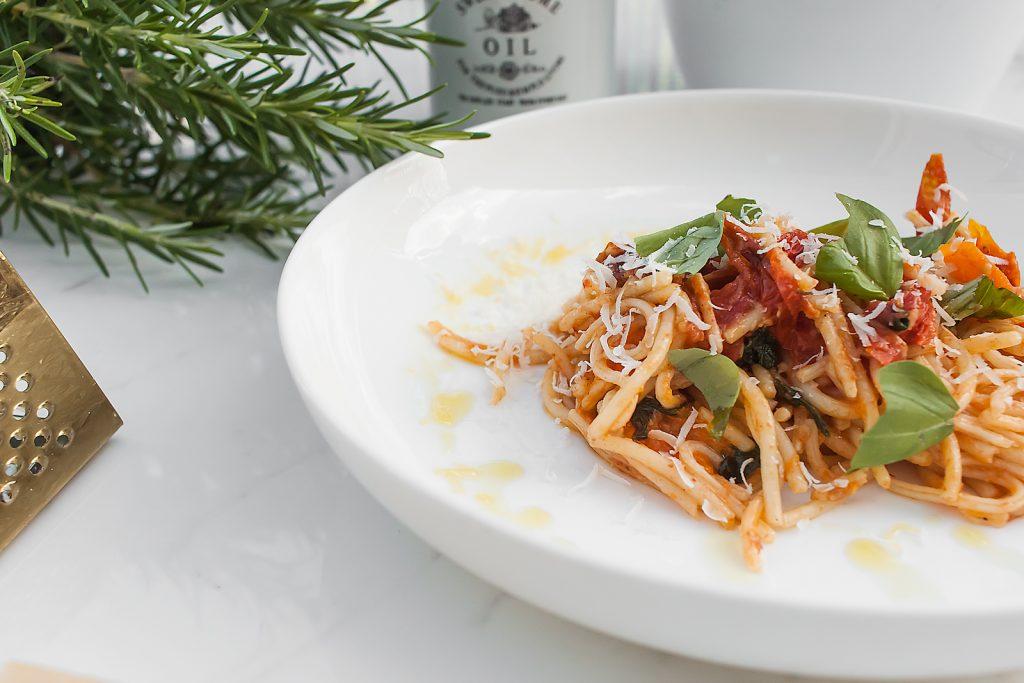 pasta z pieczonymi pomidorkami i parmezanem