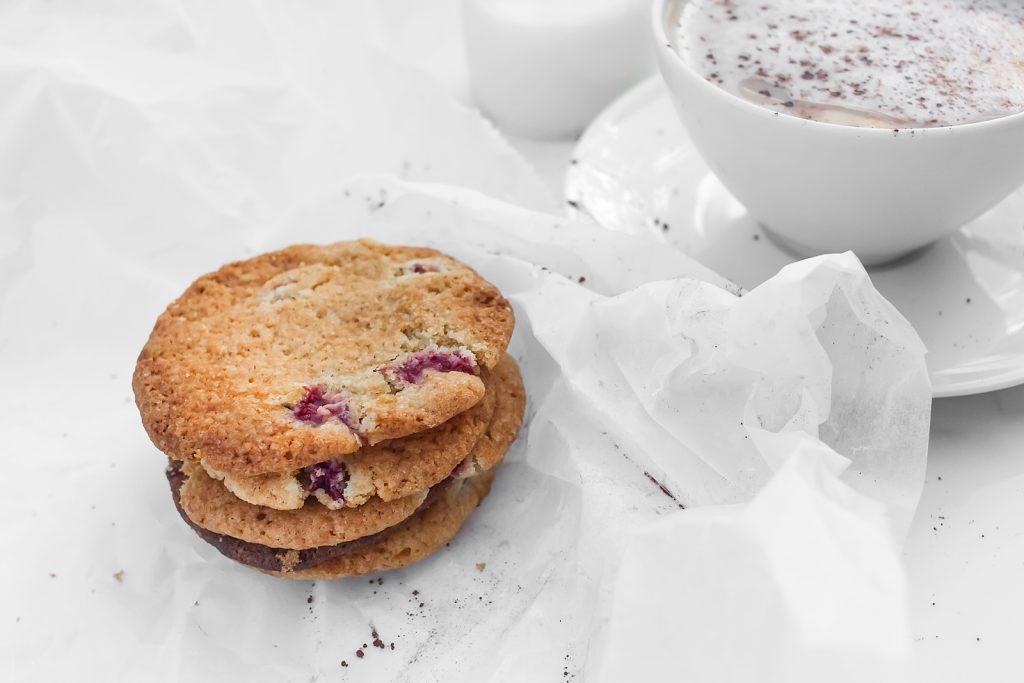 Kruche, maślane ciastecka z rabarbarem i truskawkami