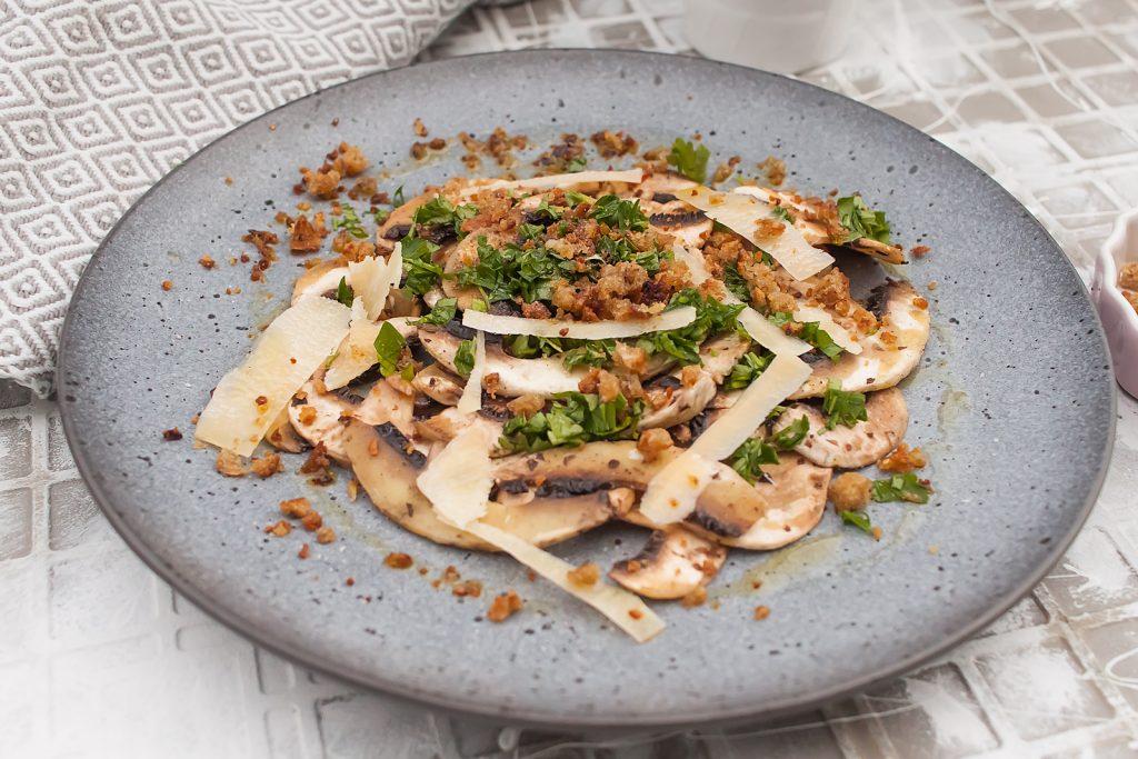 carpaccio bez mięsa z pieczarek z panko i parmezanem