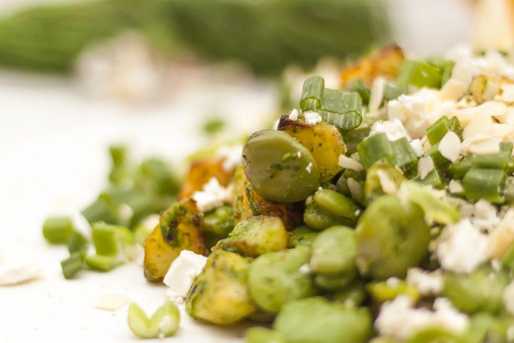 letnia sałatka z bobem, ziemniakami i fetą