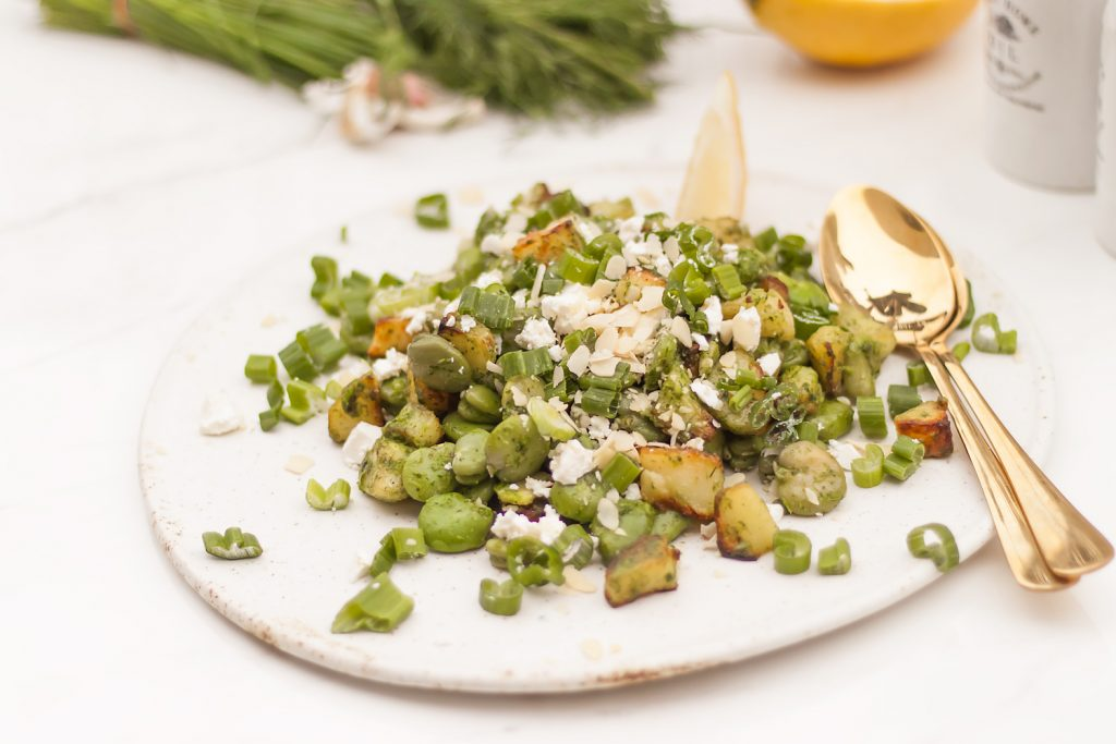 letnia sałatka z bobem, pieczonymi ziemniakami, ziołowym sosem i serem feta