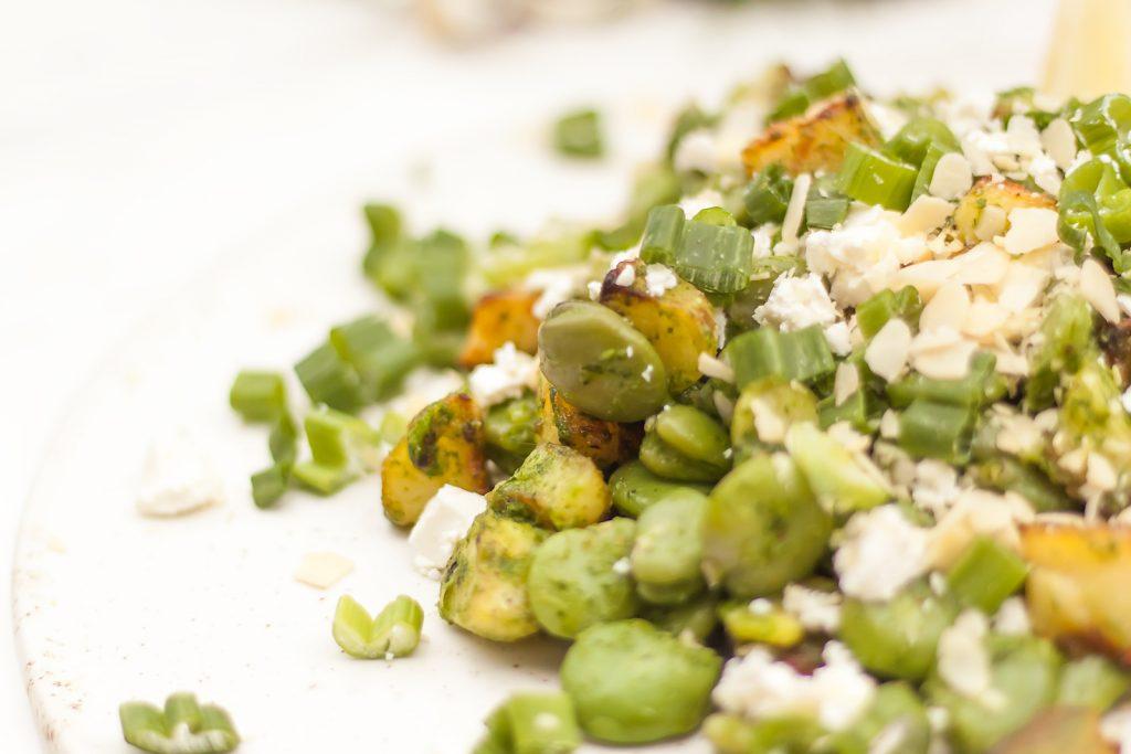 sałatka z bobem, ziołowym sosem, serem feta i ziemniakami