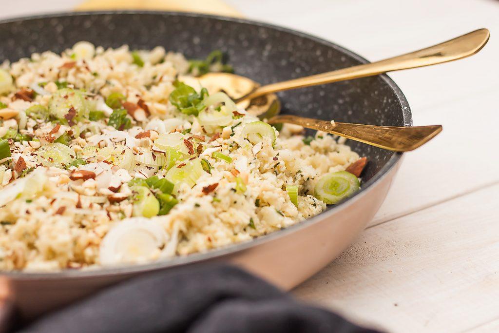 ryż kalafiorowy z cebulką dymką, migdałami i parmezanem
