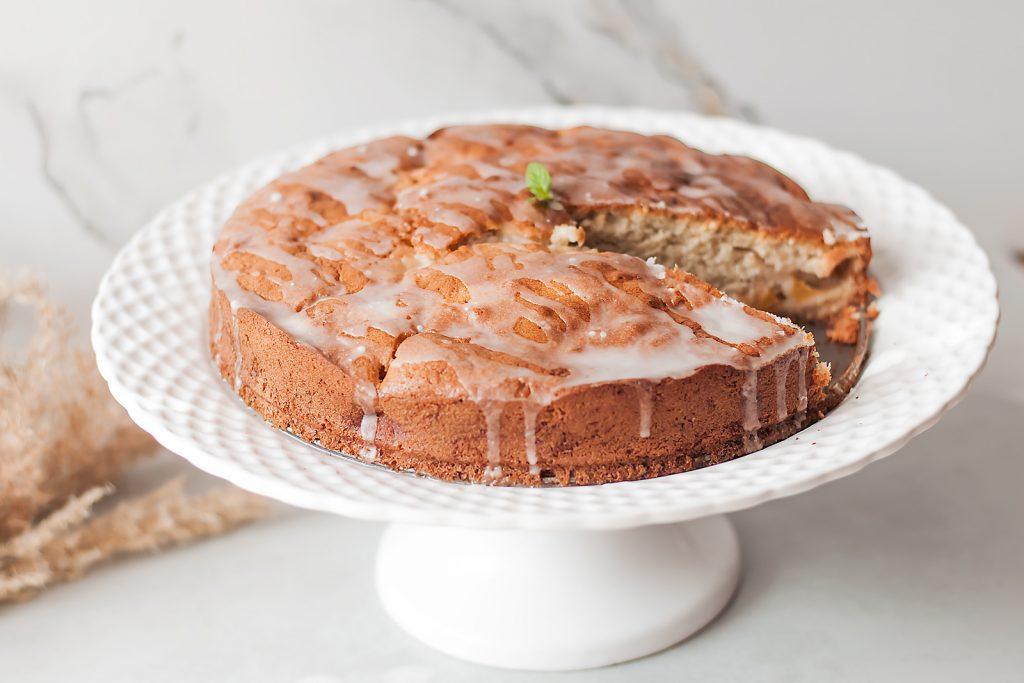 szybkie ciasto smietankowe z brzoskwiniami i cynamonem