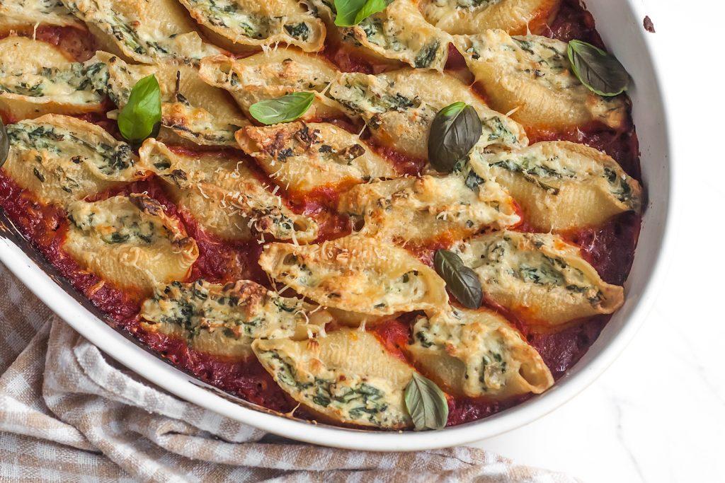 muszle nadziewane serem ricotta i szpinakiem z sosem pomidorowym