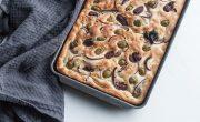 focaccia, wloski chlebek z oliwkami, czerwona cebula i sola