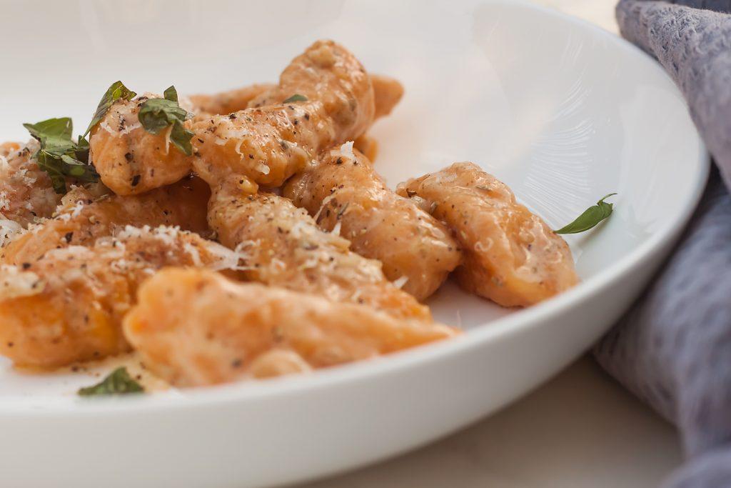 gnocchi z bataow maslanym sosem czosnkowym i parmezanem