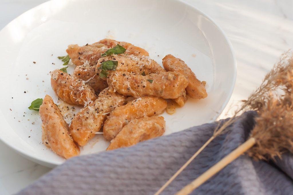 gnocchi z batatow z maslanym sosem  i ziolami