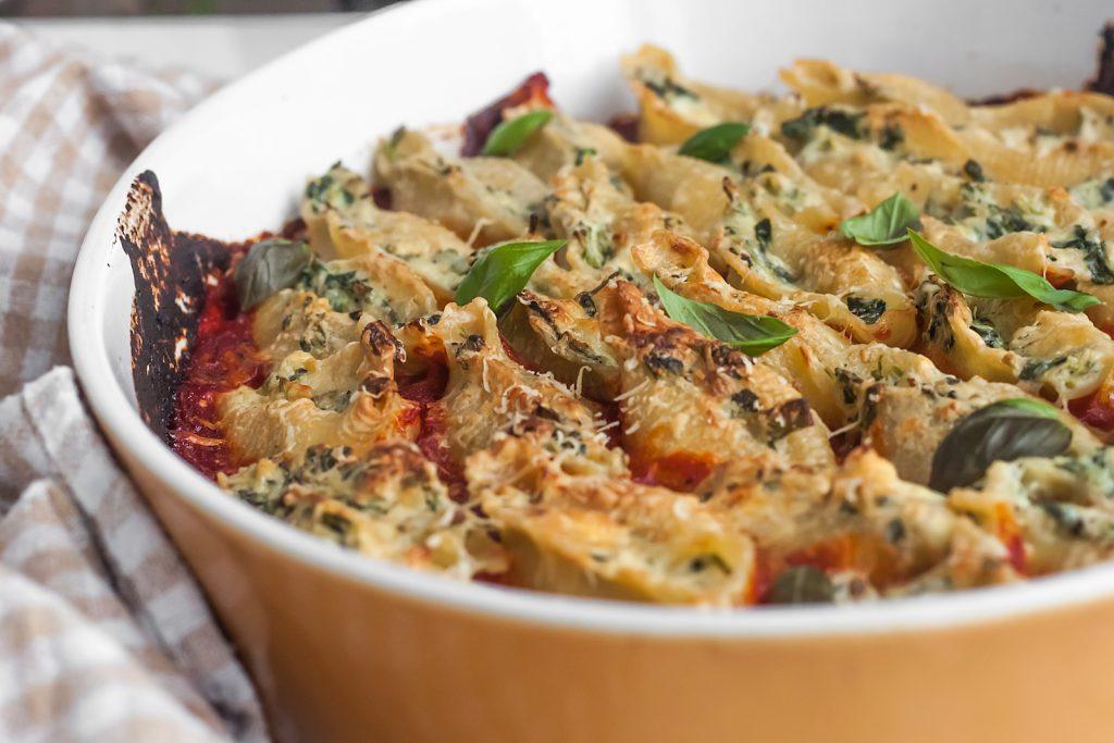 makaron nadziewany ricotta i szpinakiem z sosem pomidorowym