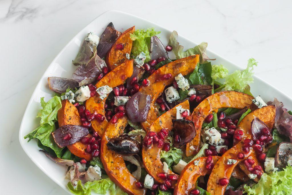 jesienna salatka z dynia, granatem i gorgonzola