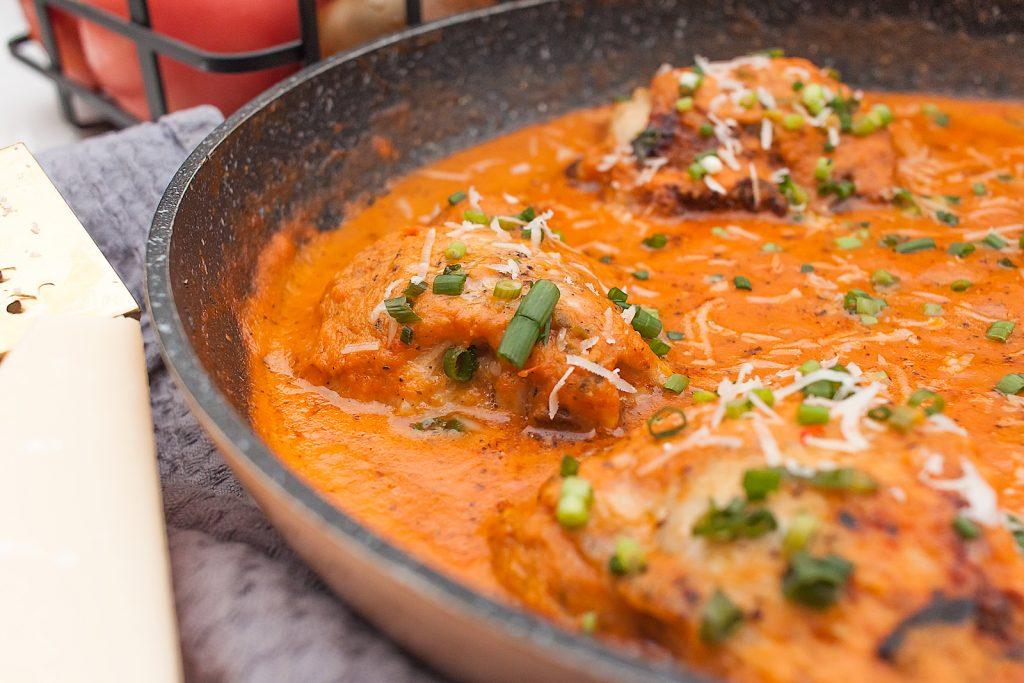 udka z kurczaka w smietanowo pomidorowym sosie z parmezanem
