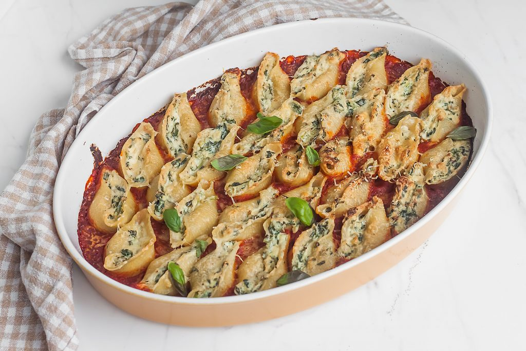 makaron nadziewany serem ricotta i szpinakiem z mozzarella i sosem pomidorowym