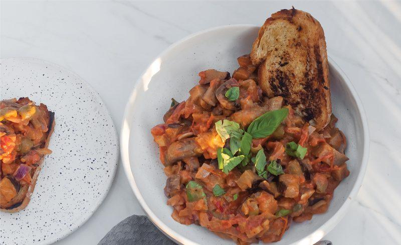 caponata z mascarpone czyl gulasz z baklazanem, pomidorami i pieczarkami