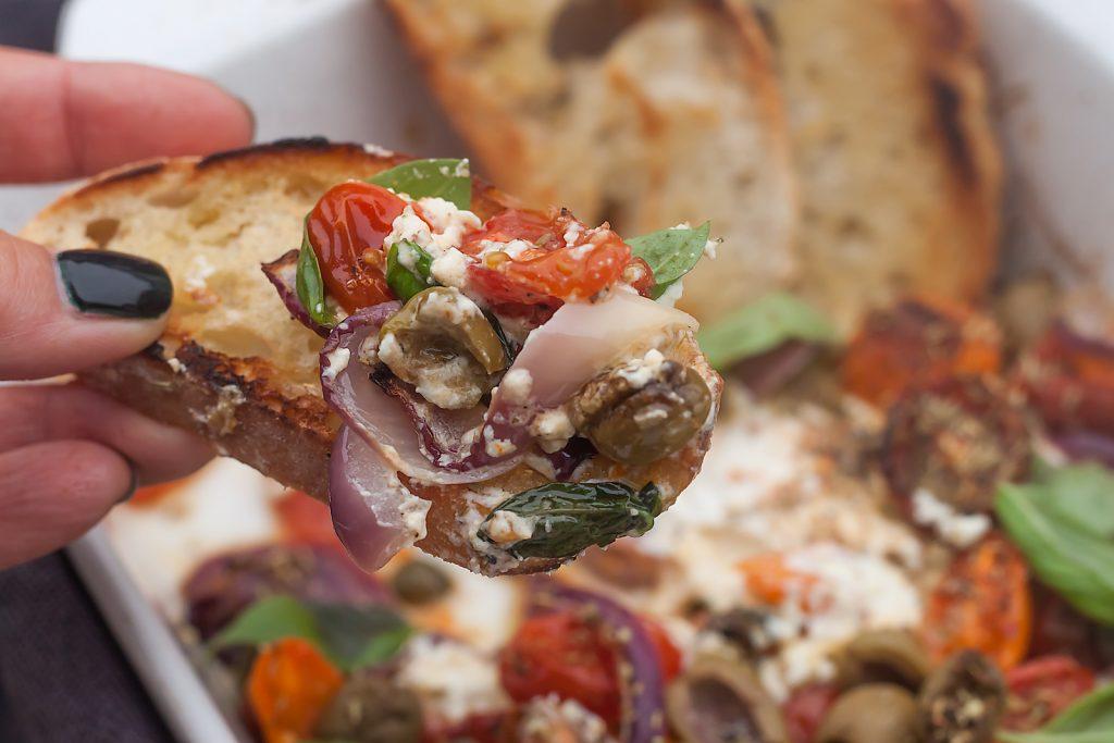 szybka przekąska na impreze pieczony ser feta z pomidorami