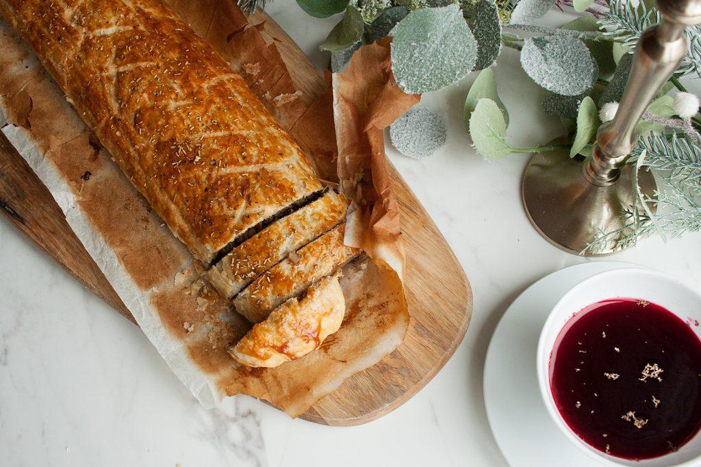 rolada z ciasta francuskiego z pieczarkami i grzybami suszonymi